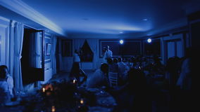 美丽的首先跳舞舞蹈的新娘和英俊的新郎在婚礼聚会 影视素材