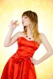 美丽的香槟饮用的妇女 免版税图库摄影