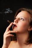 美丽的香烟抽妇女 免版税库存照片