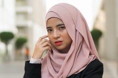 美丽的马来的室外女孩佩带的衣服 图库摄影