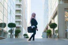 美丽的马来的室外女孩佩带的衣服 免版税图库摄影