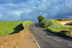 美丽的骑自行车者我孤独的路苏格兰人 免版税库存照片