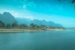 美丽的高山和绿河早晨 库存照片
