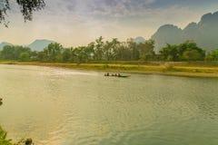 美丽的高山和绿河早晨 库存图片