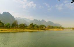 美丽的高山和绿河早晨 免版税库存图片