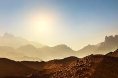 美丽的高山在阿拉伯沙漠 免版税库存图片