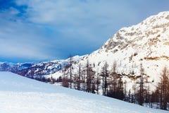美丽的高山山 33c 1月横向俄国温度ural冬天 库存图片