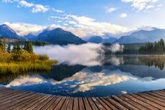 美丽的高山湖落矶山脉包围的Strbske普莱索,庄严自然晴朗的风景,高Tatras,斯洛伐克 库存图片