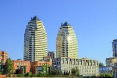 美丽的高砖摩天大楼、塔和大厦在白色和橙色与太阳火光 Dnipro市的看法 库存图片