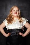 年轻美丽的魁梧的白肤金发的妇女 免版税库存图片