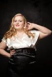 年轻美丽的魁梧的白肤金发的妇女 免版税库存照片