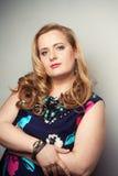 年轻美丽的魁梧的白肤金发的妇女 图库摄影