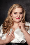 年轻美丽的魁梧的白肤金发的妇女 库存照片
