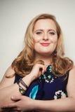 年轻美丽的魁梧的白肤金发的妇女 免版税图库摄影