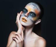 美丽的魅力女孩画象有黑眼睛构成的在f 免版税库存图片