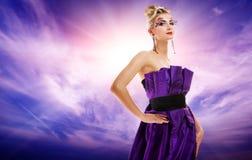 美丽的魅力potrait妇女 免版税图库摄影