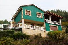 美丽的鲜绿色乡间别墅在其中一个阿斯图里亚斯村庄中 库存照片