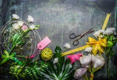 美丽的鲜花、创造在土气背景,顶视图的花束的剪刀和工具 库存照片