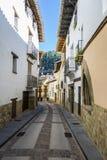 美丽的鹅卵石街道在鲁维耶洛斯德莫拉,特鲁埃尔省,西班牙 清楚和晴天 库存图片