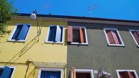 美丽的黄色和灰色房子、好邻里和统一性传统 股票录像