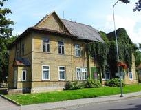 美丽的黄色家和树,立陶宛 免版税库存照片