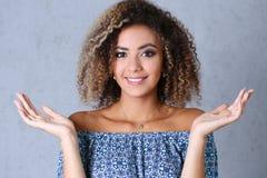 美丽的黑人妇女画象 手上升和微笑的秀丽 库存图片