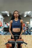 美丽的黑人非裔美国人的健身辅导员画象  解决在健身房的华美的运动的妇女 免版税图库摄影