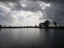 美丽的黑暗的水 免版税库存照片