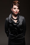 美丽的黑暗的礼服发型妇女 免版税库存照片
