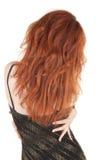 美丽的黑暗的礼服夜间女孩头发的红&# 图库摄影