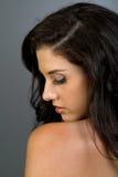美丽的黑暗的种族女孩头发 免版税库存照片