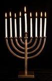 美丽的黑色光明节被点燃的menorah天鹅绒 免版税库存图片