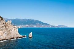 美丽的黑色岩石海岸 免版税库存图片