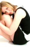 美丽的黑色礼服佩带的白人妇女 免版税库存照片