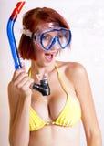 美丽的齿轮红头发人潜航的妇女 库存图片