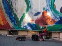 美丽的年轻乌克兰女孩街道音乐家 免版税库存照片