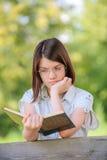 美丽的读书浅黑肤色的男人女孩画象  免版税库存照片