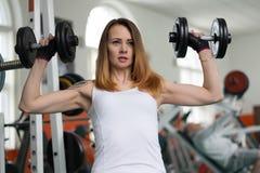 美丽的从事的健身女孩年轻人 免版税库存图片