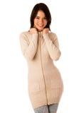 美丽的年轻亚裔白种人妇女在毛线衣和牛仔裤演播室 库存照片
