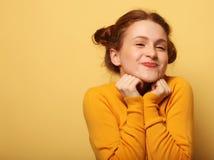 美丽的年轻人使在黄色背景的redhair妇女惊奇 免版税库存照片