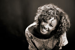黑背景的美丽的黑人妇女。 演播室射击 库存图片