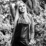 美丽的年轻人微笑的白肤金发的妇女黑白的室外画象  库存照片