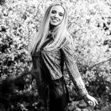 美丽的年轻人微笑的白肤金发的妇女黑白的室外画象  免版税库存照片