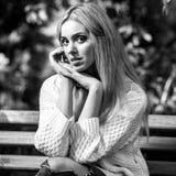 美丽的年轻人微笑的白肤金发的妇女黑白的室外画象  免版税库存图片