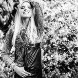 美丽的年轻人微笑的白肤金发的妇女黑白的室外画象  库存图片