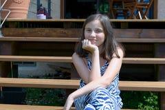 美丽的年轻人微笑的青少年的女孩画象,室外 免版税图库摄影
