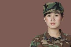 美丽的年轻人美国陆战队战士画象在棕色背景的 库存照片