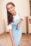 美丽的年轻佣人做着充满喜悦的清洁 图库摄影