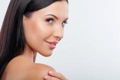 美丽的年轻健康妇女更喜欢护肤 免版税库存图片