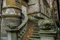 美丽的巴洛克式的楼梯在一个被放弃的房子里在贝尔格莱德 免版税库存图片